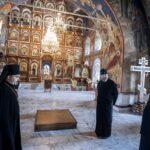 Митрополит Аристарх (Смирнов) и профессор МДА игумен Дионисий (Шлёнов) в Спасо-Преображенском соборе